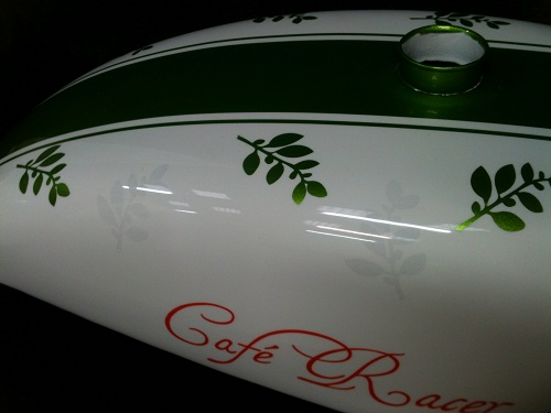 -décoration sur -réservoir-moto-peinture-carrosserie
